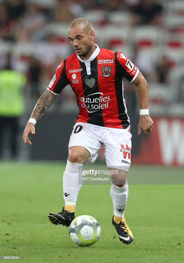 Nice's Dutch midfielder Wesley Sneijder (R) drives the ball during the French L1 football match Nice (OGCN) vs Guingamp (EAG) on August 19, 2017 at the 'Allianz Riviera' stadium in Nice, southeastern France. /
