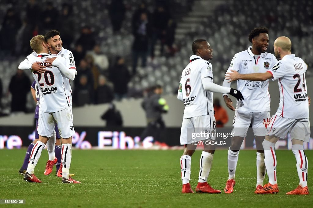 Nice's forward Bassem Srarfi (2nd L) and his teammates celebrate at the end of the French L1 football match Toulouse vs Nice,on November 29, 2017 at the Municipal Stadium in Toulouse, southern France. /