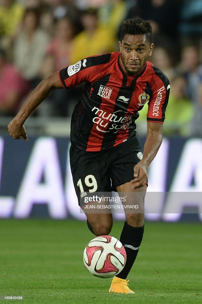 Nice's French defender Jordan Amavi runs with the ball during the French L1 football match between Nantes (FCN) and Nice (OGC) on September 20, 2014 at the Beaujoire stadium in Nantes, western France.