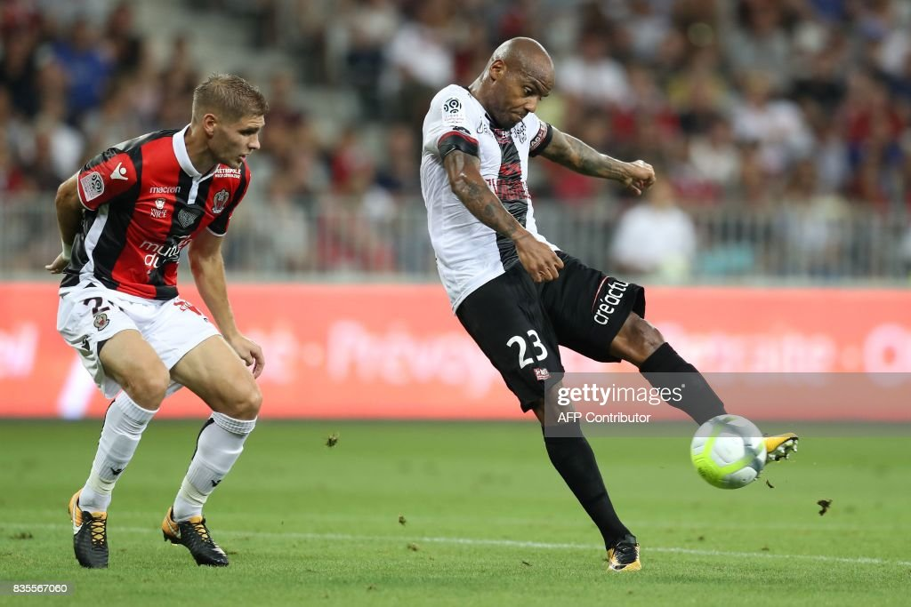 Nice's French defender Maxime Le Marchand (L) vies with Guingamp's French forward Jimmy Briand (R) during the French L1 football match Nice (OGCN) vs Guingamp (EAG) on August 19, 2017 at the 'Allianz Riviera' stadium in Nice, southeastern France. /