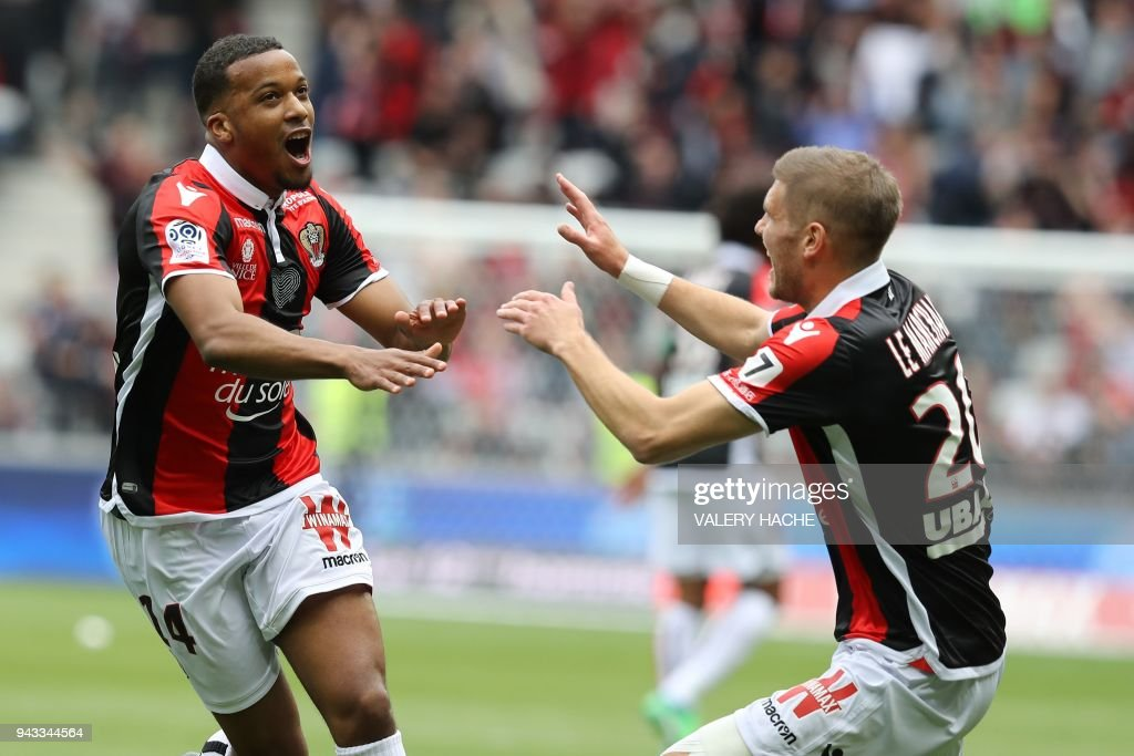 Nice's French forward Alassane Plea (L) celebrates after scoring a goal during the French L1 football match Nice vs Rennes on april 8, 2018 at the 'Allianz Riviera' stadium in Nice, southeastern France. /