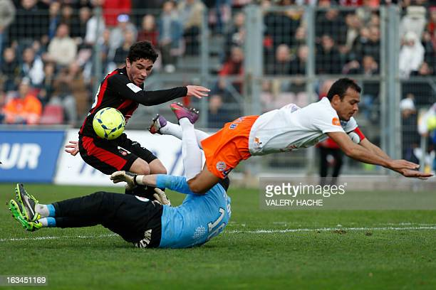 Nice's French forward Neal Maupay vies with Montpellier's French goalkeeper Geoffrey Jourdren and Montpellier's Brazilian defender Vitorino Hilton...