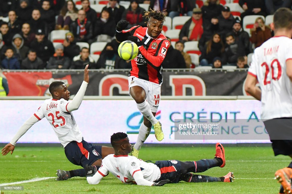 Nice's French midfielder Allan Saint-Maximin (C) kicks the ball during the French L1 football match Nice (OGCN) vs Lille (LOSC) on March 2, 2018 at Allianz Riviera Stadium in Nice. /