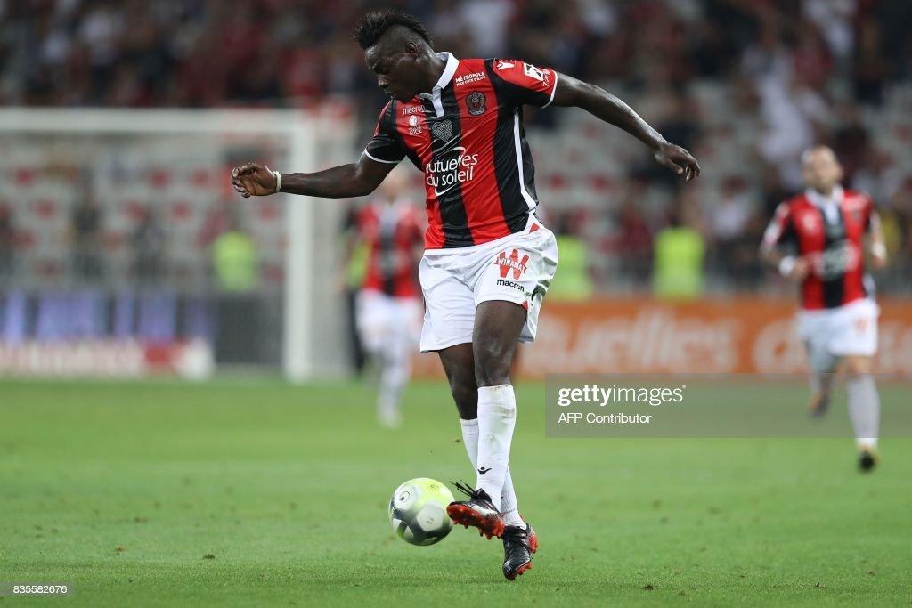 Nice's Italian forward Mario Balotelli controls the ball during the French L1 football match Nice (OGCN) vs Guingamp (EAG) on August 19, 2017 at the 'Allianz Riviera' stadium in Nice, southeastern France. /