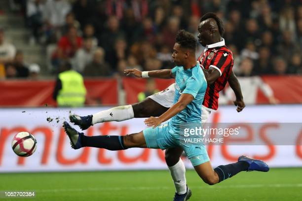 Nice's Italian forward Mario Balotelli fights for the ball with Olympique de Marseille's French midfielder Boubacar Kamara during the French L1...