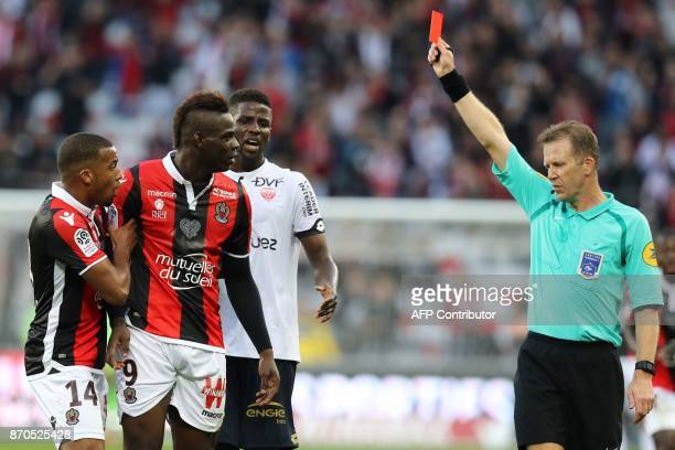 TOPSHOT Nice's Italian forward Mario Balotelli receives a red card by French referee Olivier Thual during the French L1 football match between and...