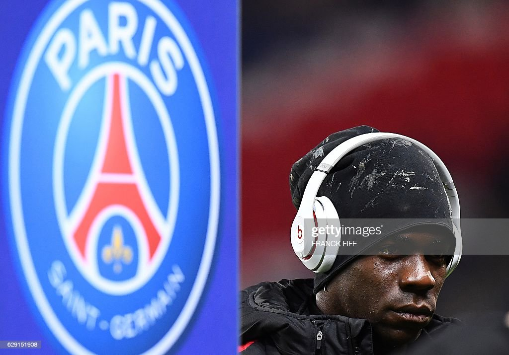 Nice's Italian forward Mario Balotelli walks on the pitch before the French L1 football match between Paris Saint-Germain and Nice at the Parc des Princes Stadium in Paris on Deecmber 11, 2016. / AFP / FRANCK