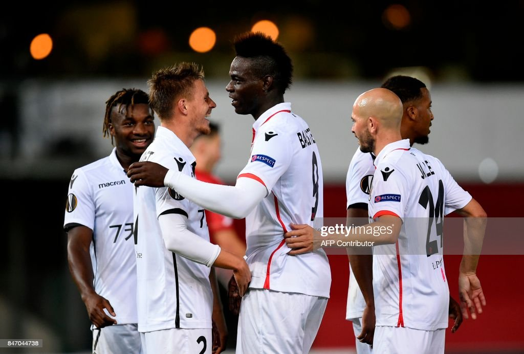 Nice's Mario Balotelli (C) celebrates with teammates after scoring during the UEFA Europa League Group K football match between SV Zulte Waregem and OGC Nice at the Regenboogstadion in Waregem on Septembre 14, 2017. /