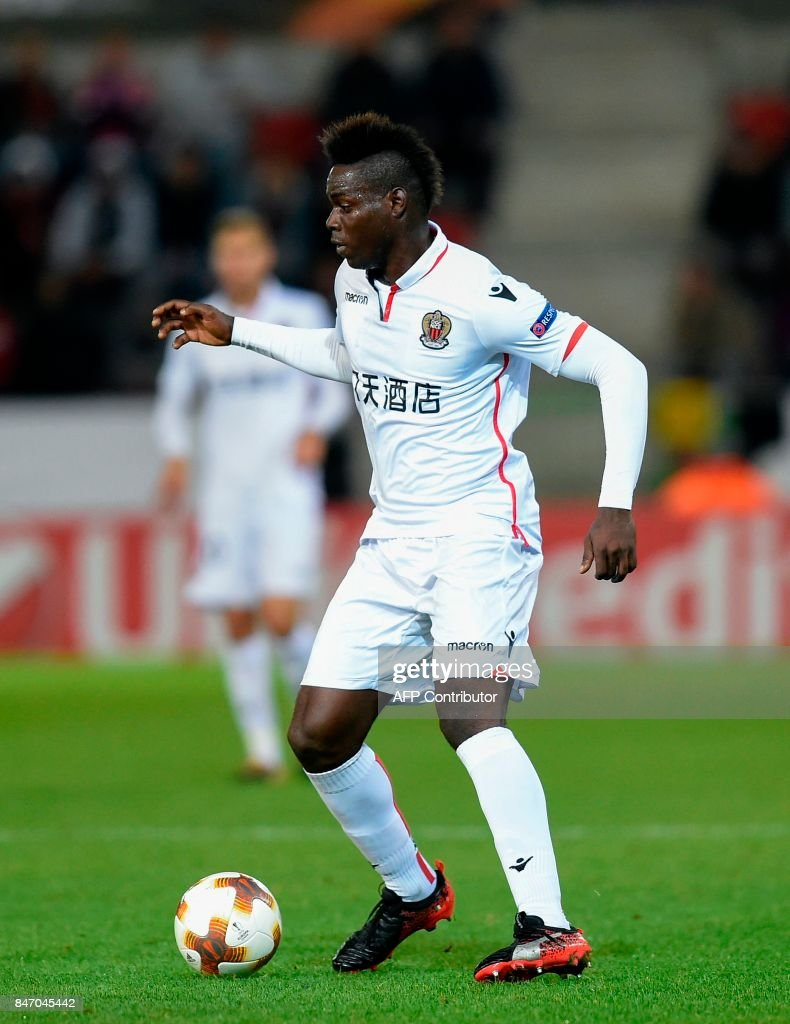 Nice's Mario Balotelli controls the ball during during the UEFA Europa League Group K football match between SV Zulte Waregem and OGC Nice at the Regenboogstadion in Waregem on Septembre 14, 2017. /