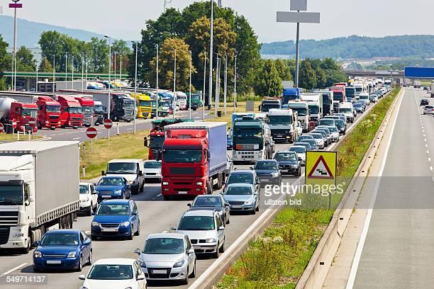 Nicht funktionierende Rettungsgasse bei einem Stau auf einer Autobahn