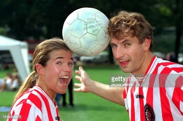"""Nicht so einfach, die Sache mit dem Ball: Im Fußballtrikot des """"Wochenshow""""-Teams von Sat.1 stehen Anke Engelke und Ingolf Lück am 4.9.1999 zum..."""