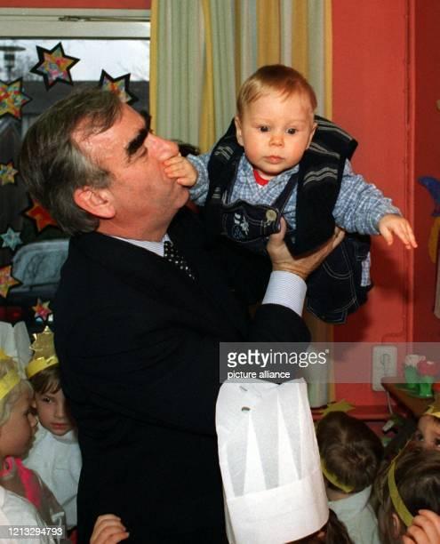 Nichts mehr zu sagen hat offenbar Bundesfinanzminister Theo Waigel, denn Söhnchen Konstantin hält dem Papa den Mund zu. Familiäre Begleitung hatte...