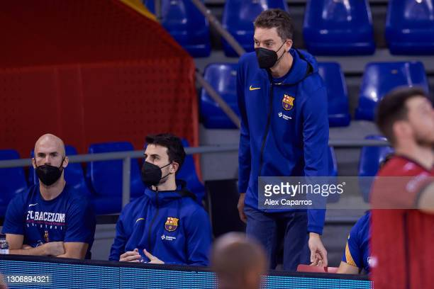Nick Calathes, #99 of FC Barcelona, Leo Westermann, #2 of FC Barcelona and Pau Gasol follow the warm up before the Liga Endesa match between FC...