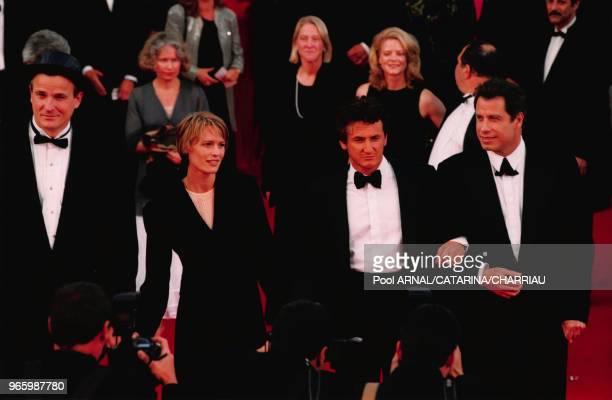 Nick Cassavetes Robin Wright Sean Penn et John Travolta sur les marches du palais à la cérémonie de clôture du festival de Cannes le 18 mai 1997...