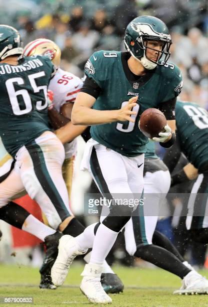Nick Foles of the Philadelphia Eagles plays in the fourth quarter against the San Francisco 49ers on October 29 2017 at Lincoln Financial Field in...