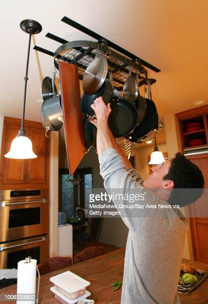 Nick Lammers/staff 1/13/06 Tribune Cue#13Malcom Kegel personal chef for Warriors big man Adonal Foyle prepares his breakfast in Foyle's kitchen...