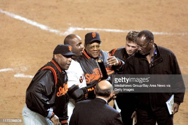 Nick Lammers/staff 4/18/01 Tribune SportsFollowing his historic 500th blast, Barry Bonds talks to the crowd, surrounded by other Giant...