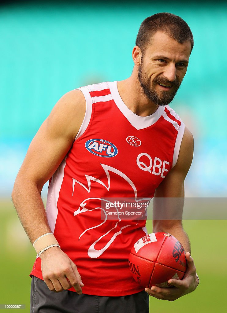 Nick Malceski of the Swans prepares to handpass during a Sydney Swans AFL training session at the Sydney Cricket Ground on May 20, 2010 in Sydney, Australia.