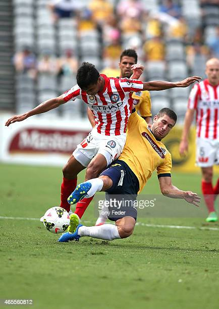 Nick Montgomery of the Mariners contests the ball with Safuwan Baharudin of Melbourne City during the round 20 ALeague match between the Central...