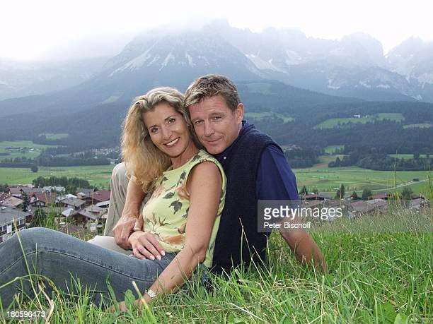 Nick Wilder, Ehefrau Christine Mayn, Urlaub, Ellmau /Österreich, Berge, Alm, Wiese, umarmen, Frau, Ehepaar,