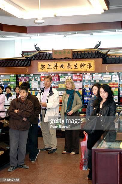 Nick Wilder Franziska Stavjanek Kunden einer chinesischen Apotheke ZDFReihe Traumschiff Folge 54 Shanghai Episode Wundermittel Liebe Shanghai China...