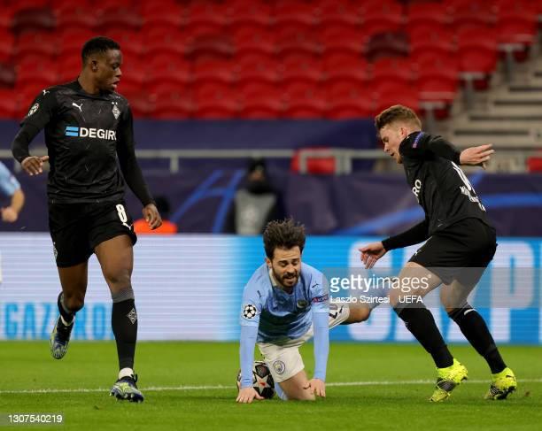 Nico Elvedi of Borussia Monchengladbach challenges Bernardo Silva of Manchester City next to Denis Zakaria of Borussia Monchengladbach during the...