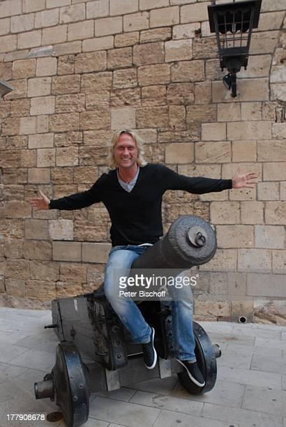 Nico Schwanz , Kanone vor Kathedrale, Palma de Mallorca, Insel Mallorca, Balearen, Spanien, Europa, Kirche, Urlaub, Model, Sänger, Friseur,