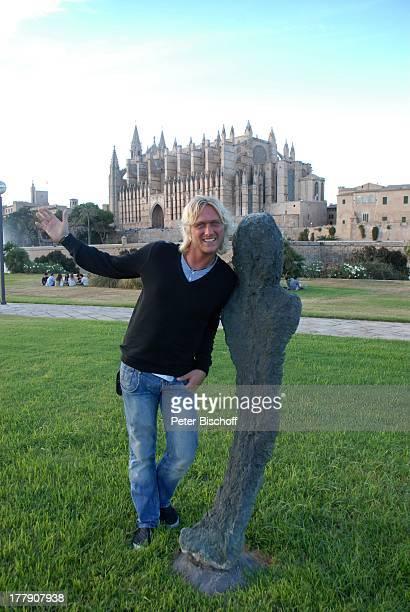Nico Schwanz , Kathedrale, Palma de Mallorca, Insel Mallorca, Balearen, Spanien, Europa, Kirche, Urlaub, Posing, posieren, Model, Sänger, Friseur,