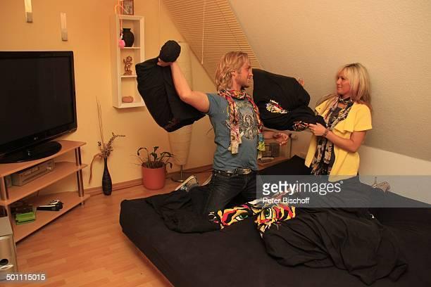 Nico Schwanz , Lebensgefährtin Juliett Giegler, Homestory, Schlafzimmer, bei Jena, Thüringen, Deutschland, Europa, Bett, Wasserbett, Kissenschlacht,...