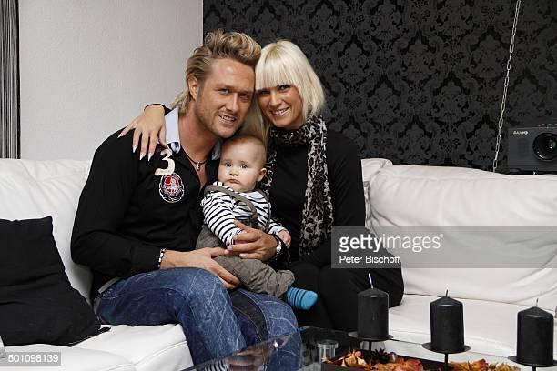 Nico Schwanz , Lebensgefährtin Juliett Giegler, Sohn Damian Dion, Homestory, bei Jena, Thüringen, Deutschland, Europa, zärtlich, verliebt, lächeln,...