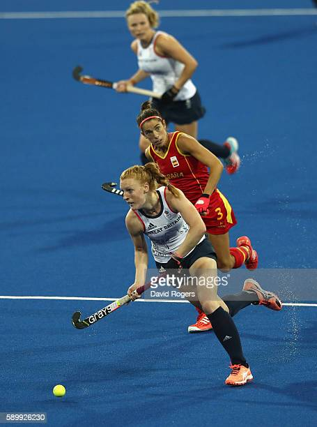 Nicola White of Great Britain moves away with the ball during the Women's quarter final hockey match between Great Britain and Spain on Day10 of the...