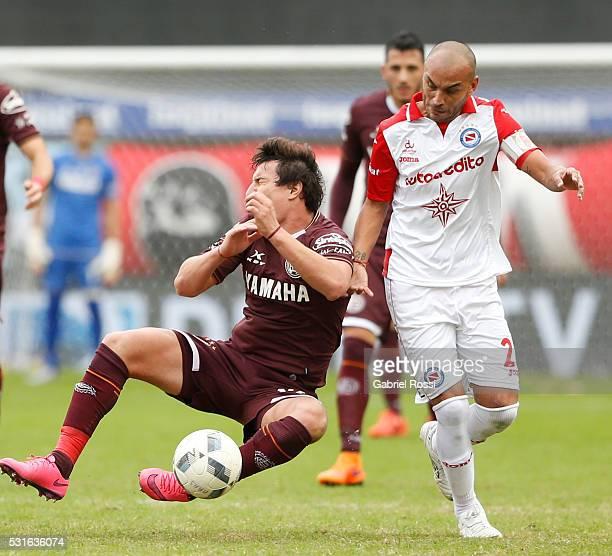 Nicola‡s Aguirre of Lanus fights for the ball with Cristian Ledesma of Argentinos Juniors during a match between Argentinos Juniors and Lanus as part...