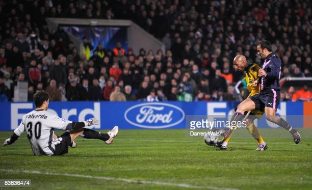 Nicolas Anelka of Chelsea beats goalkeeper Matthieu Valverde and Marc Planus of Bordeaux to score their first goal during the Group A UEFA Champions...