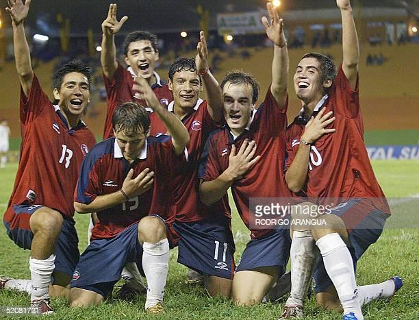 Nicolas Canales de Chile celebra su gol contra Venezuela junto a Jose Fuenzalida Felipe Munoz Juan Lorca y Pedro Morales durante el partido de la...