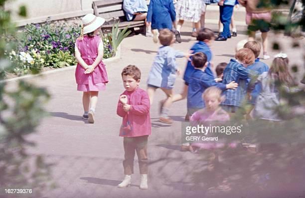 Nicolas Charrier En mai 1964 dans une cour d'école Nicolas CHARRIER de face au premierplan vêtu d'une blouse rose