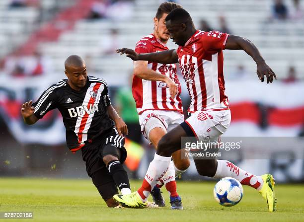 Nicolas De La Cruz of River Plate fights for ball with Yeimar Gomez of Union during a match between River and Union as part of Superliga 2017/18 at...