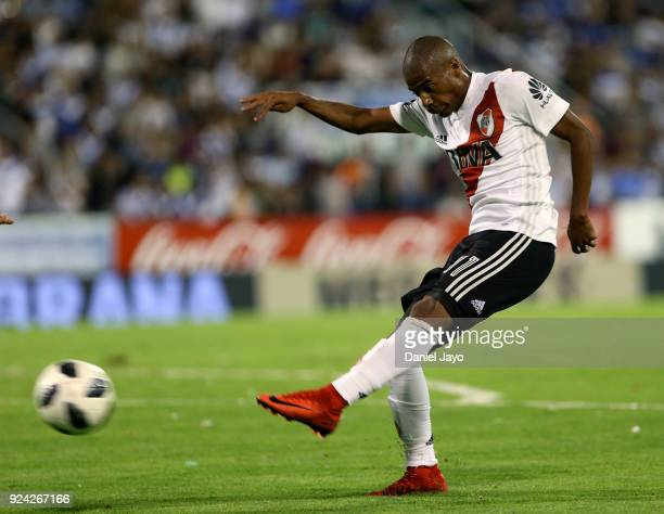 Nicolas De La Cruz of River Plate kicks the ball during a match between Velez Sarsfield and River Plate as part of the Superliga 2017/18 at Jose...