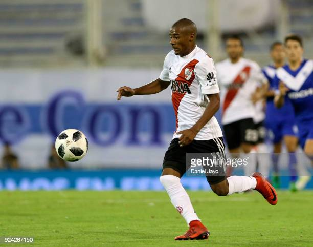 Nicolas De La Cruz of River Plate plays the ball during a match between Velez Sarsfield and River Plate as part of the Superliga 2017/18 at Jose...