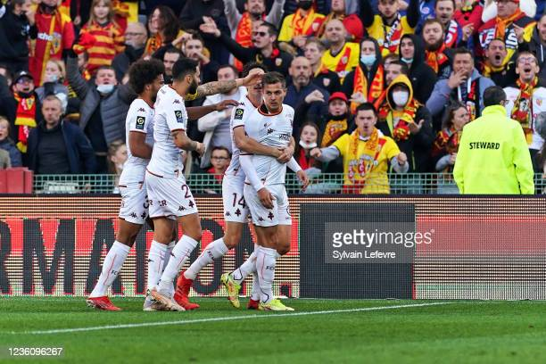 Nicolas De Preville of FC Metz celebrates with team mates after scoring his team's first goal during the Ligue 1 Uber Eats match between RC Lens and...