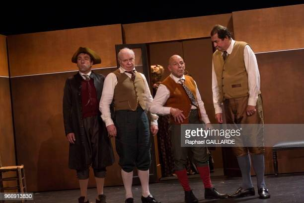 Nicolas Lormeau Christian Hecq et Bruno Raffaelli de la ComédieFrançaise interprètent au 'Théâtre du VieuxColombier' la pièce 'Les Rustres' de Carlo...