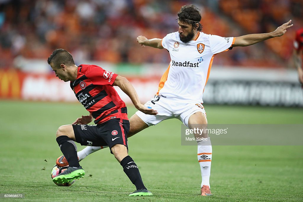 Nicolas Martnez of the Wanderers and Thomas Broich of the Roar compete for the ball during the round eight A-League match between the Western Sydney Wanderers and the Brisbane Roar at Spotless Stadium on November 25, 2016 in Sydney, Australia.