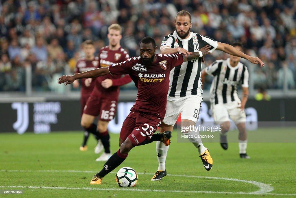 Nicolas N'Koulou of Torino FC and Gonzalo Higuian of... : ニュース写真