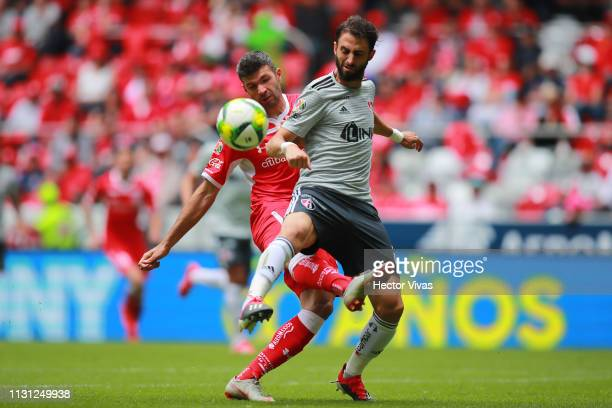 Nicolas Pareja of Atlas struggles for the ball with Emmanuel Gigliotti of Toluca during the 11th round match between Toluca and Atlas as part of the...