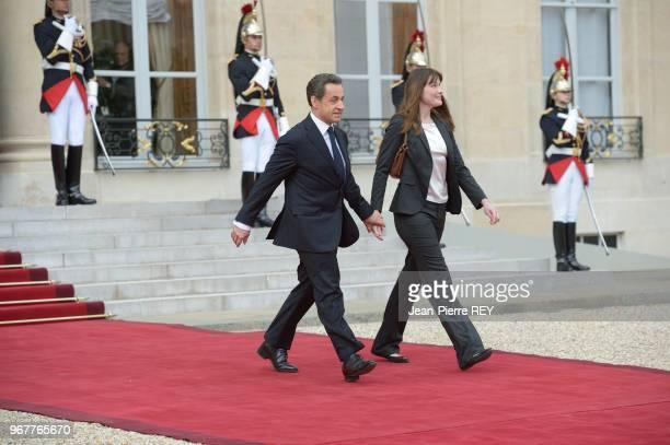 Nicolas Sarkozy et Carla BruniSarkozy lors de la passation de pouvoir à l'Elysée le 15 mai 2012