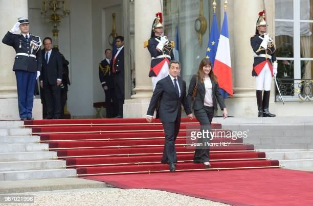 Nicolas Sarkozy et sa femme Carla BruniSarkozy quittent l'Elysée raccompagnés sur le perron par François Hollande après la passation de pouvoir le 15...