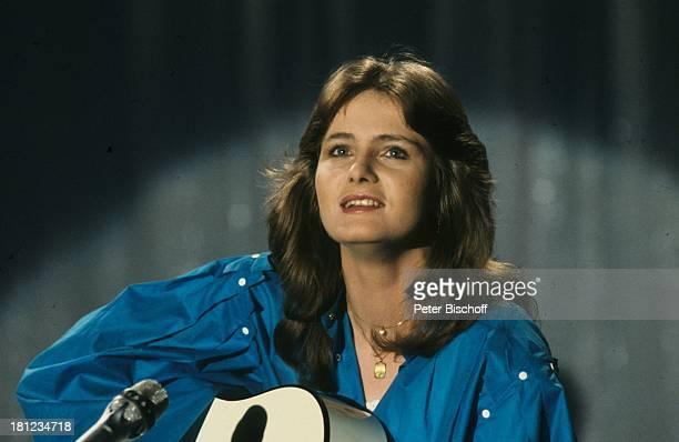 """Nicole , Auftritt, Show """"Menschen 82"""", , singen, Bühne, Mikrofon, Gitarre, Schlager, Promis, Prominenter, Prominente,"""