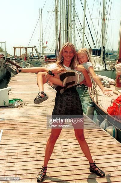 Nicole Belstler-Boettcher, Tochter Laura, Urlaub auf Mallorca, Spanien, , Balearen, Hafen, Steg, Boot, auf dem Arm tragen, Schauspielerin, Promis,...