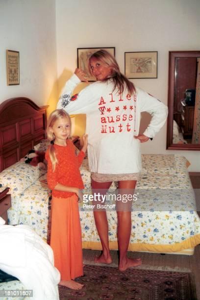 """Nicole Belstler-Boettcher, Tochter Laura, Urlaub auf Mallorca, Spanien, , Balearen, Hotelzimmer, Bett, """"Mutti""""-Sweatshirt, Schauspielerin, Promis,..."""