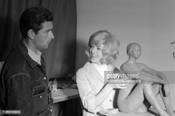 Nicole Courcel et le réalisateur JeanPaul Savignac lors du tournage du film 'Nick Carter et le trèfle rouge' le 22 juin 1965 France