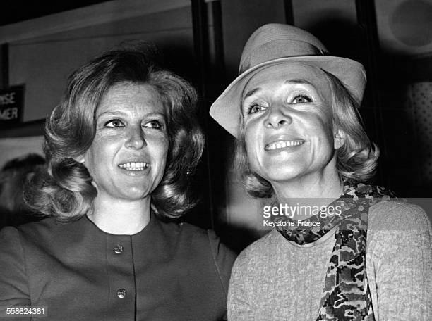 Nicole Courcel et Micheline Presle sont les vedettes du nouveau feuilleton radiophonique 'Il était deux fois' sur RTL à Paris France le 10 avril 1968